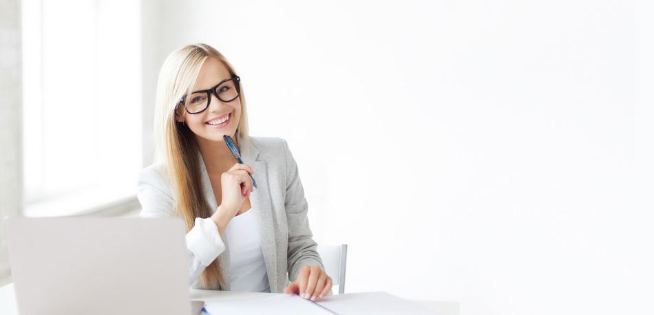AnwaltsGebühren.Online: Frau im Büro mit Stift und Notebook